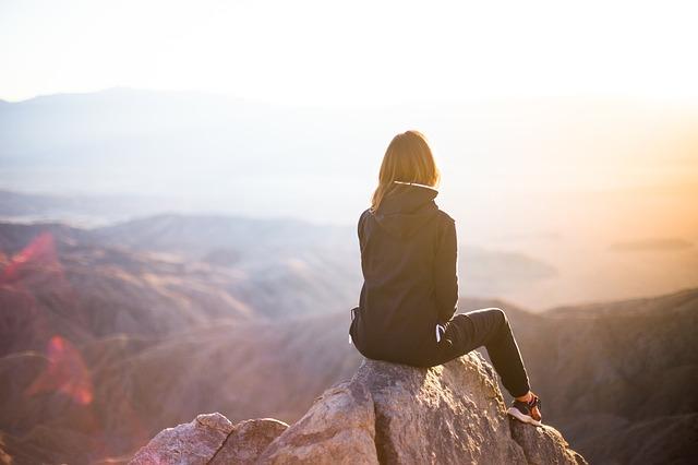 žena na vrcholku hor