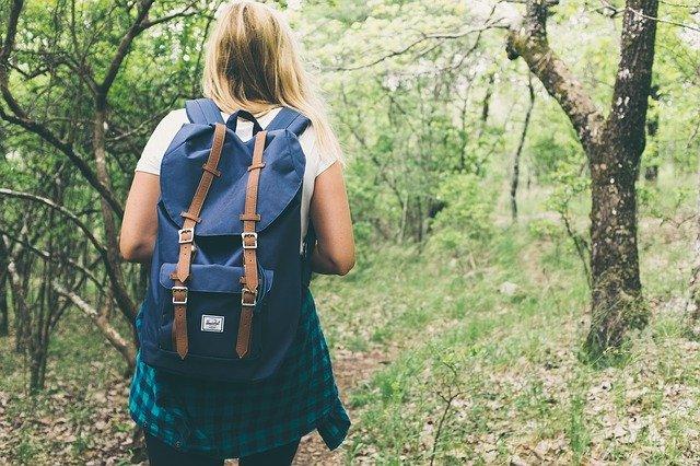modrý batoh dívky