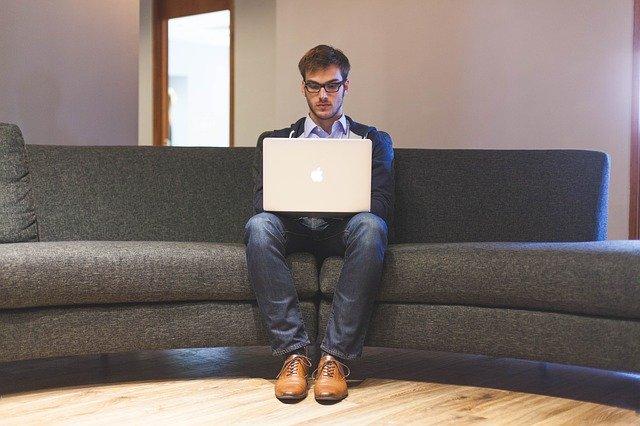 muž hledající práci pomocí počítače